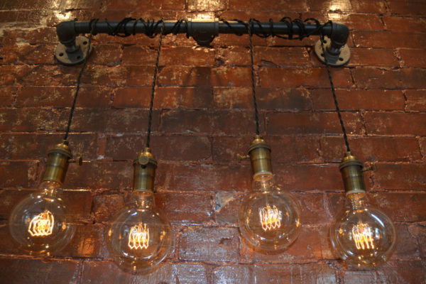 Лампы Эдисона, подвешенные на трубы отличный бюджетный вариант
