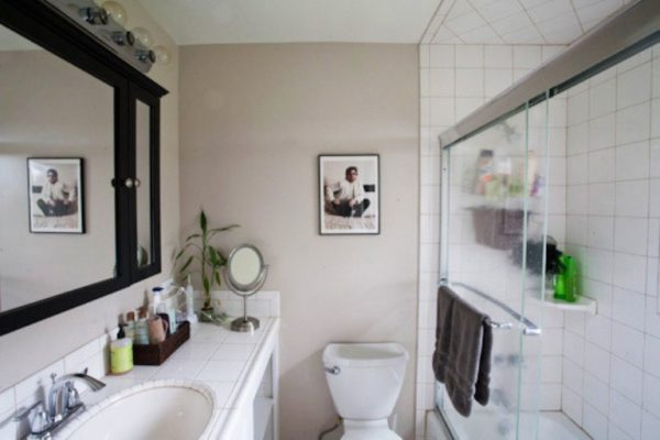 Маленькая картина гармонизирует с интерьером ванной комнаты