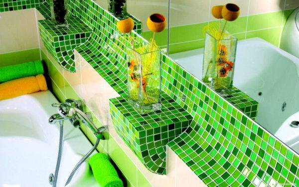 Мозаичные узоры в ванной комнате над краном