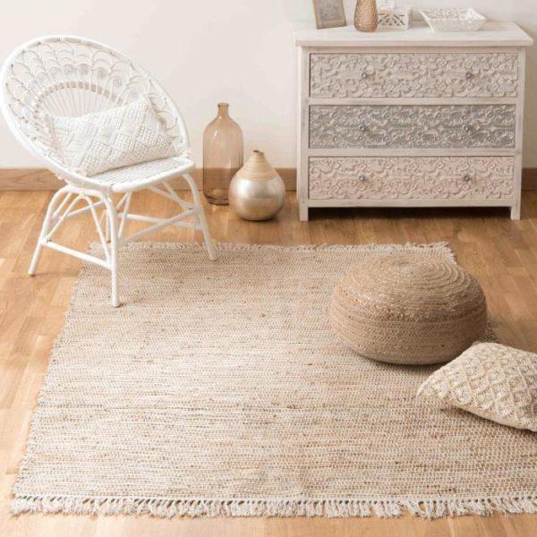 Небольшой бежевый ковер гармонично сочетается с общим интерьером комнаты стиля Прованс