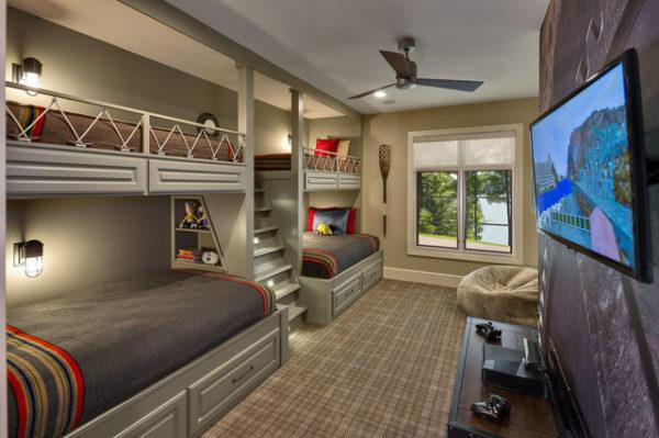 Несколько источников света на потолке, а также бра и светильники увеличат размер комнаты