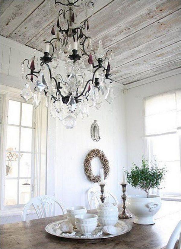 Облицовка потолка беленным деревом