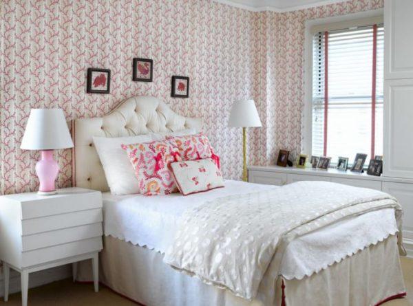 Обои в линию с цветами в спальне стиля прованс