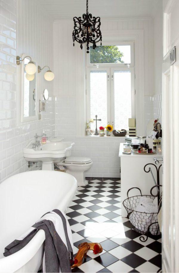 Оригинальная люстра гармонично сочетается с общим интерьером ванной комнаты