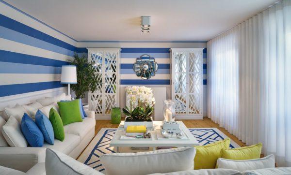 Отделка обоями в бело-синюю полосу средней широты характерна для средиземноморского стиля