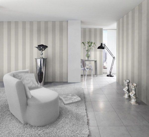 Отделка стен бело-серыми обоями в полоску