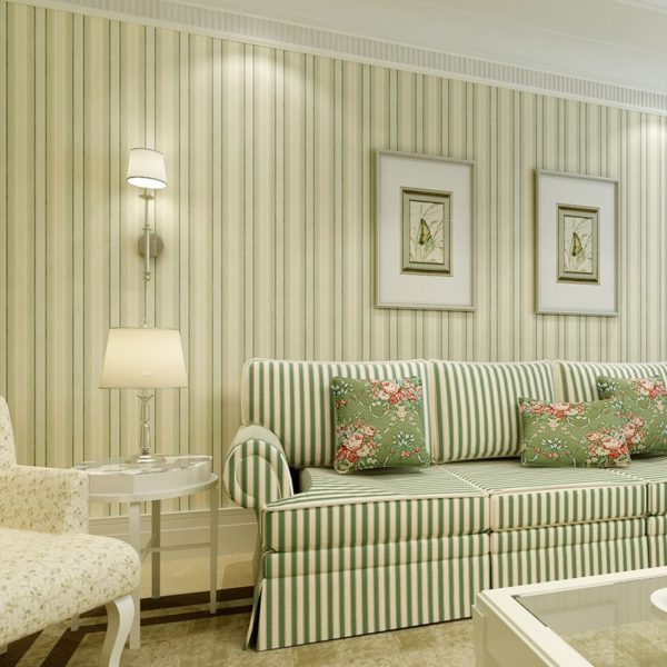Отделка стен обоями в полоску в интерьере комнаты классического стиля