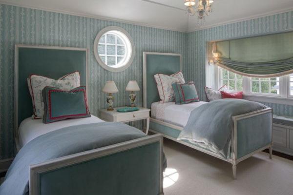 Отделка стен обоями в полоску в спальне стиля прованс