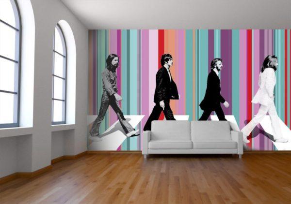 Отделка стен обоями в яркую полоску в интерьере комнаты стиля поп-арт