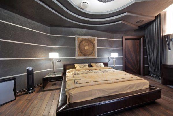 Отделка стен обоями с текстурными линиями в спальне