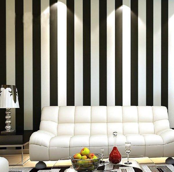 Отделка стен обоями с черно-белой полоской приемлема для стиля хай-тек