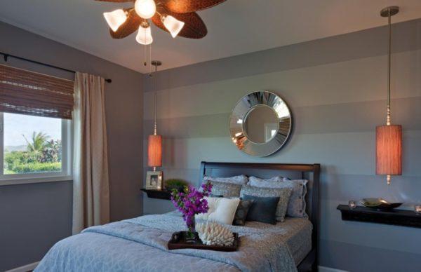 Отделка стен обоями с широкой полоской в спальне