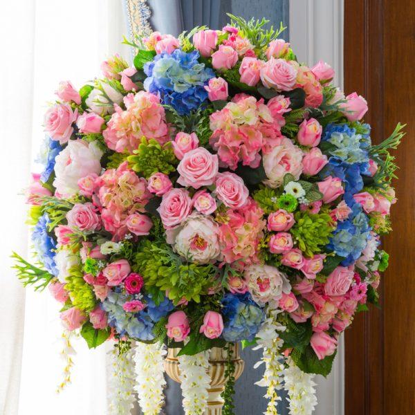 Пионы с розами, гортензиями и хризантемами на основе контраста