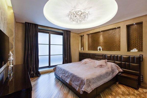 Подвесной потолок уменьшает пространство спальни