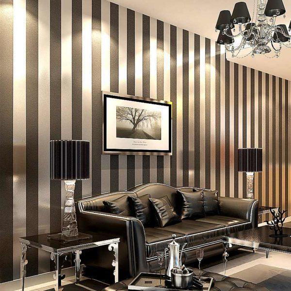 Полосатые обои отлично сочетаются с интерьером комнаты в стиле модерн