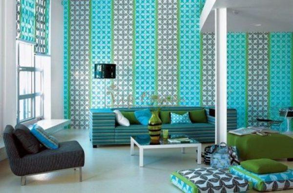 Полосатые обои с орнаментом отлично сочетаются с общим интерьером комнаты