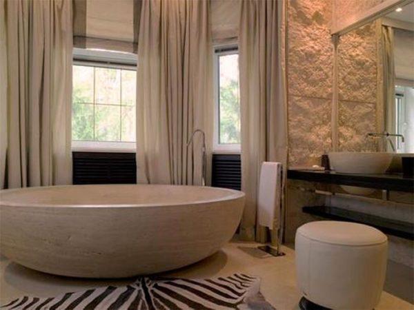 Портьеры на окне в ванной комнате