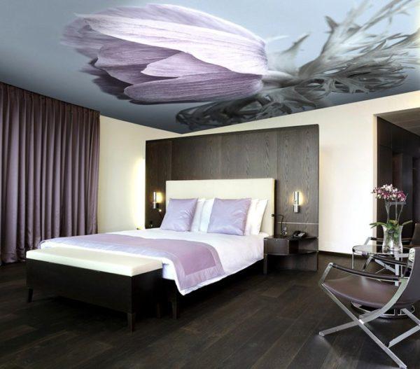 Потолочный рисунок выполнен в одной цветовой гамме со стенами и предметами мебели