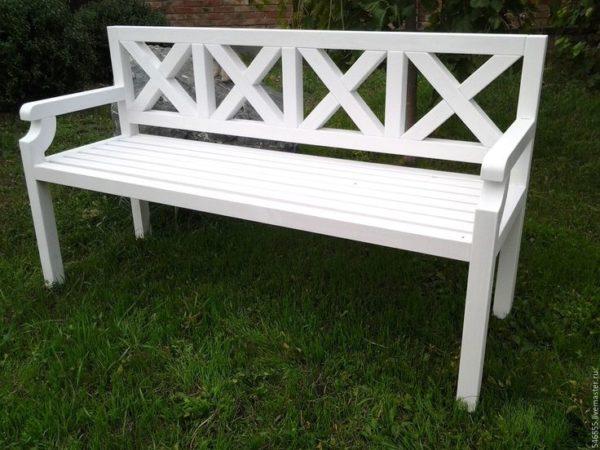 Простая и лаконичная скамейка в провинциальном стиле