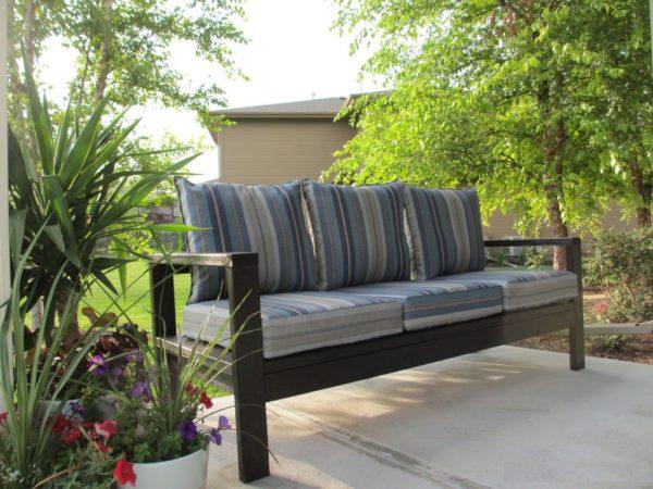 Простой деревянный диванчик с мягкими подушками