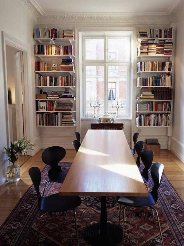Расположенные у окна полки с книгами
