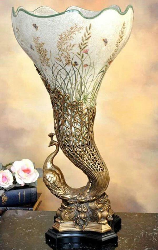 Рельефные узоры и необычные формы вазы - пример безупречной ручной работы