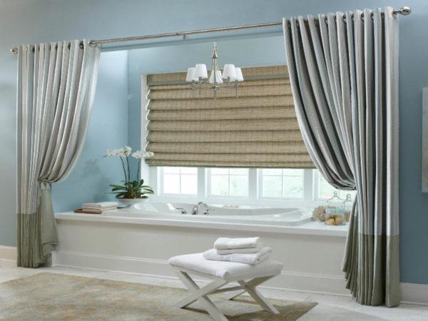 Рулонные тканевые жалюзи на большом окне в ванной комнате