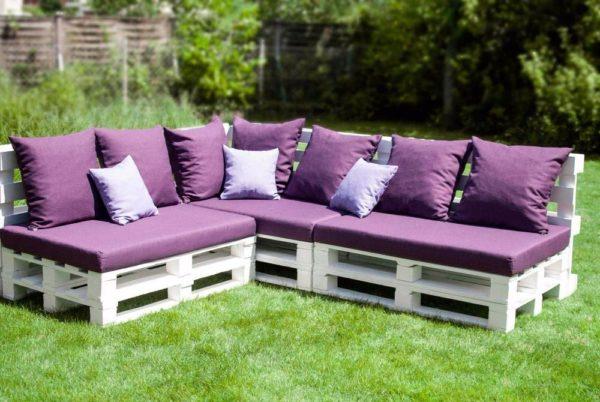 Садовая мебель из поддонов с декором из подушек