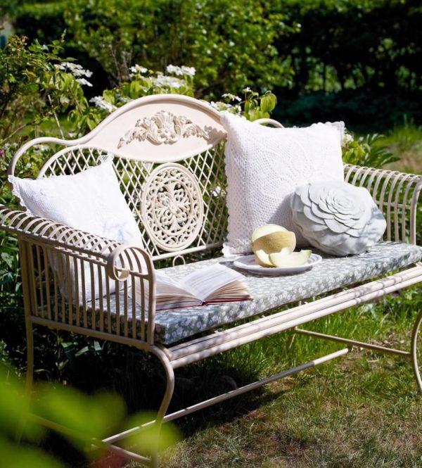 Садовая мебель с домашним декором