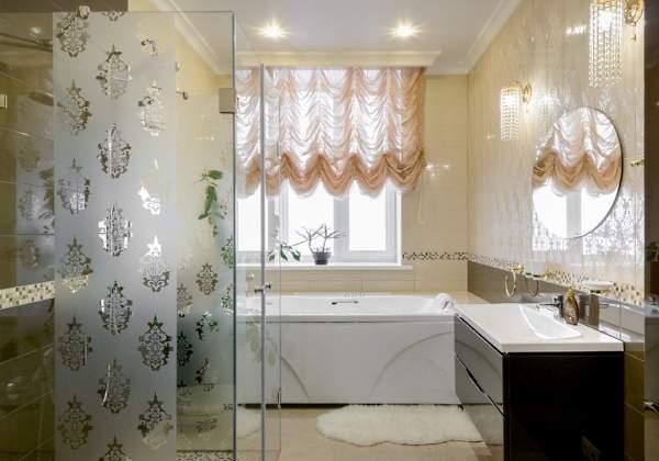 Светлая ванная комната с большим окном