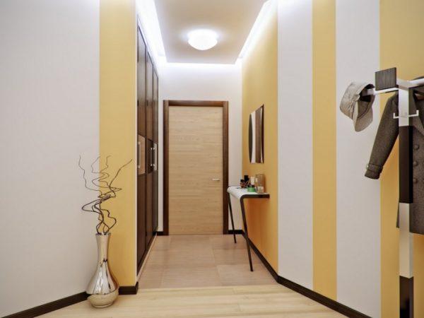 Светло-белая широкая полоска на стенах зрительно увеличивает узкий коридор