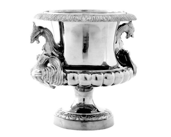 Серебряная ваза с изюминкой в барельефе