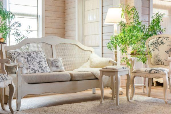 Слегка потертые углы придадут значимости старинной мебели