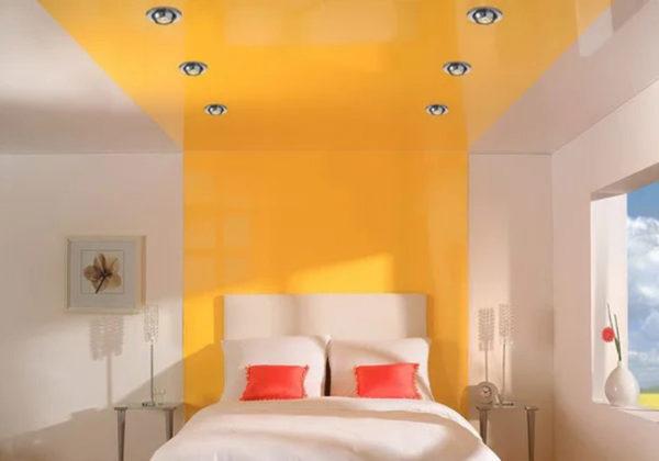 Сочетание яркого желто-оранжевого потолка с белоснежными стенами