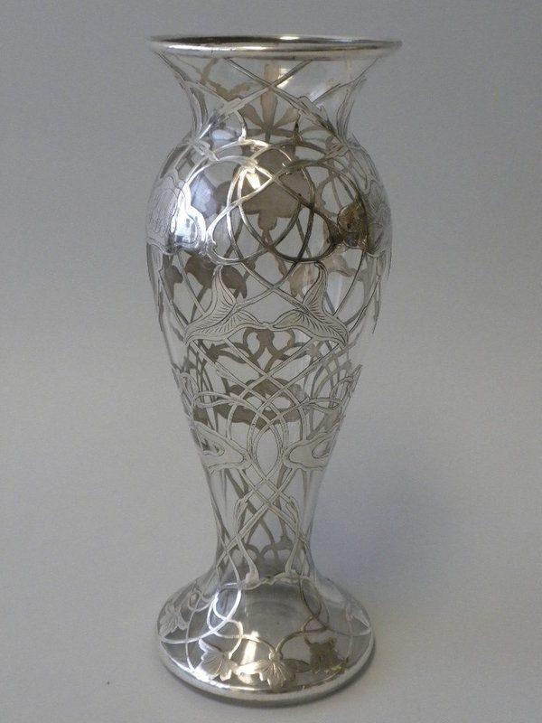 Стеклянная ваза с серебряным орнаментом