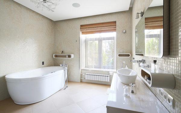 Стены ванной выложены мелкой плиткой с орнаментом