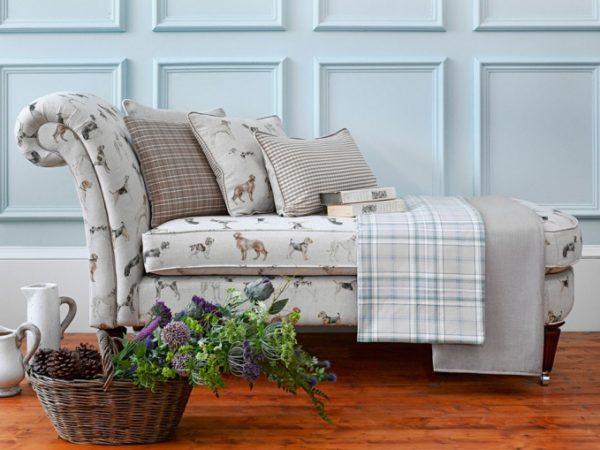 Уютный диванчик в виде небольшой банкетки