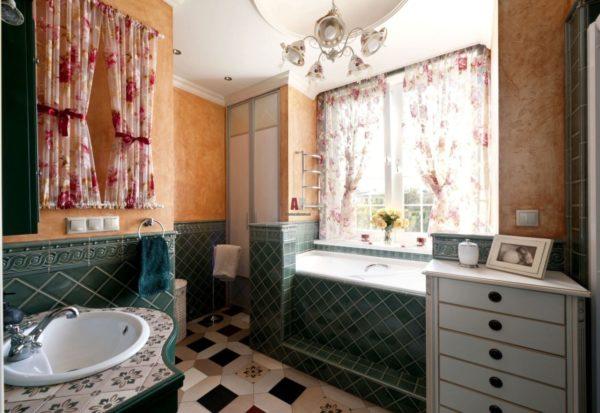 Цветные занавески в ванной стиля прованс