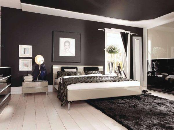 Черный потолок контрастирует со светлым полом