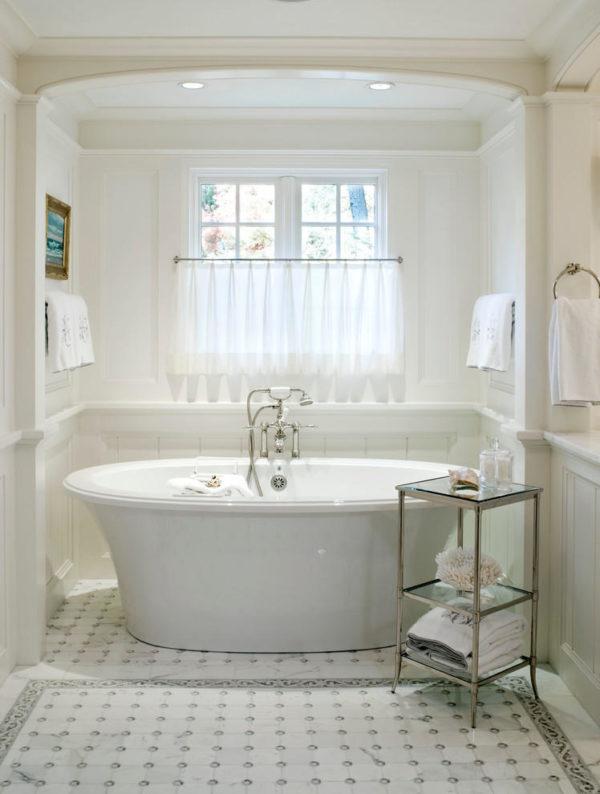 Шторы из прозрачной ткани красиво гармонируют со светлым интерьером ванной комнаты