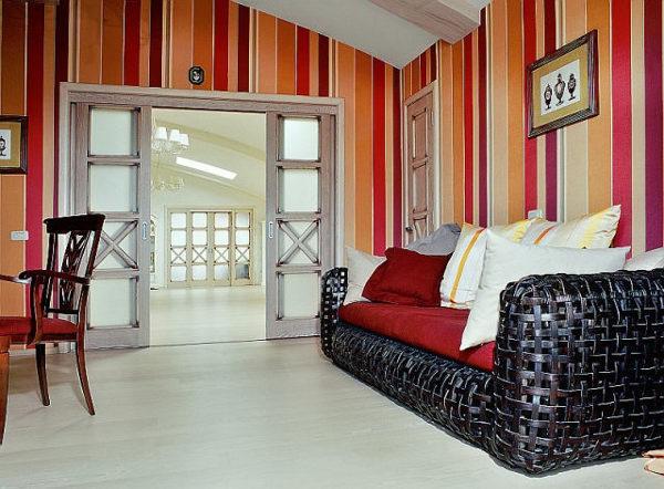 Яркие разноцветные обои в полоску оживляют интерьер комнаты