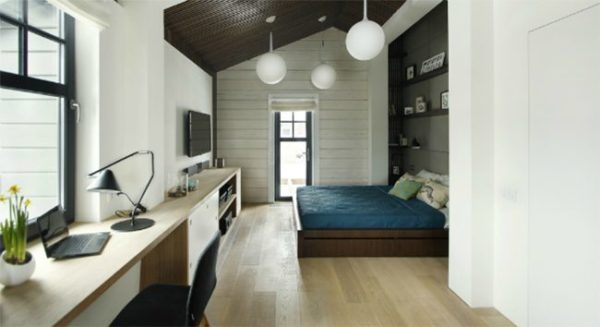 В общей комнате пространство разделено на рабочую зону и зону для сна и отдыха