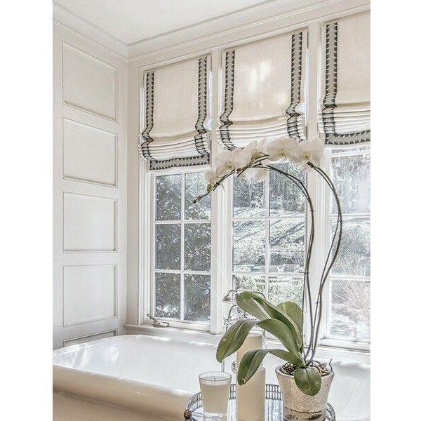 Римские шторы на большом окне в ванной комнате