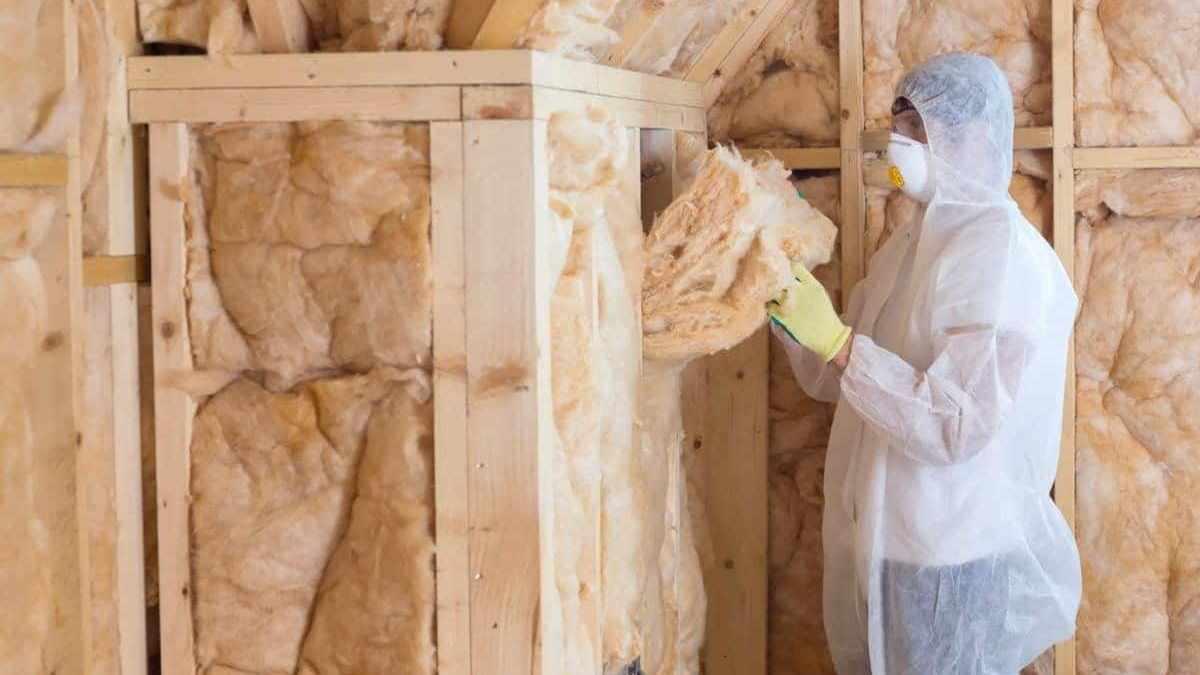 Процесс утепления минеральной ватой